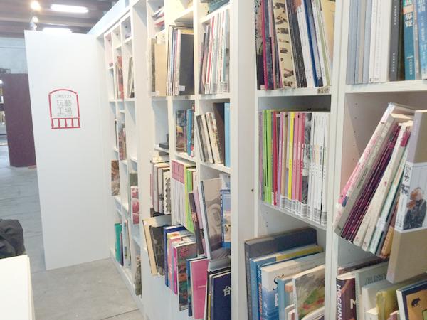 本棚の様子。大判のアート・デザイン系の本がばかり。