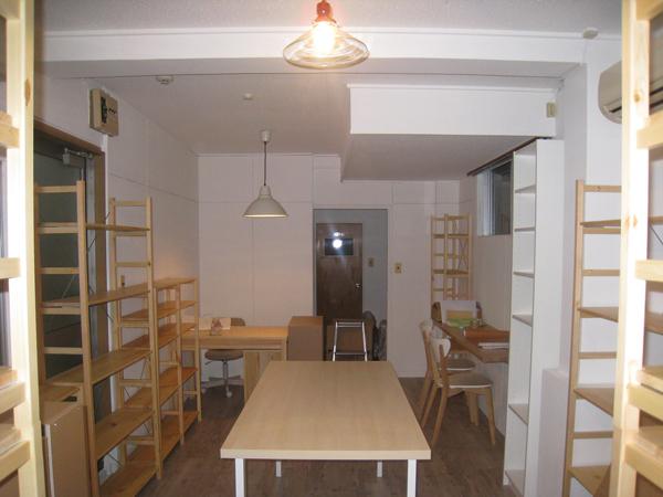 11月21日撮影。棚とテーブルが完成。どんな本が並ぶのか自分でもドキドキです