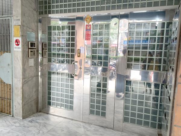 お店が入っているマンションの入口。まずはここでインターフォンを鳴らす。