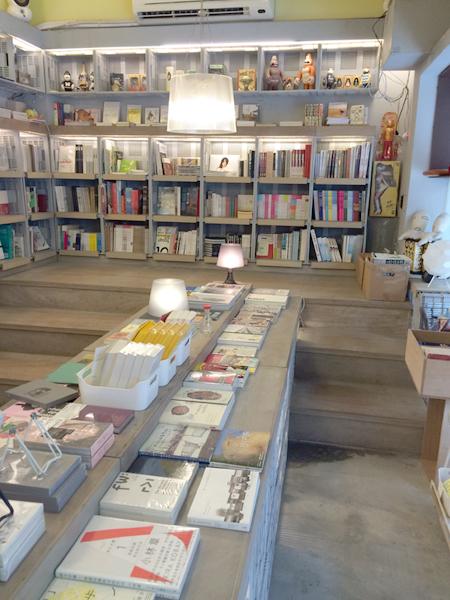 右奥に広い店内。階段が空間の立体感を演出している。