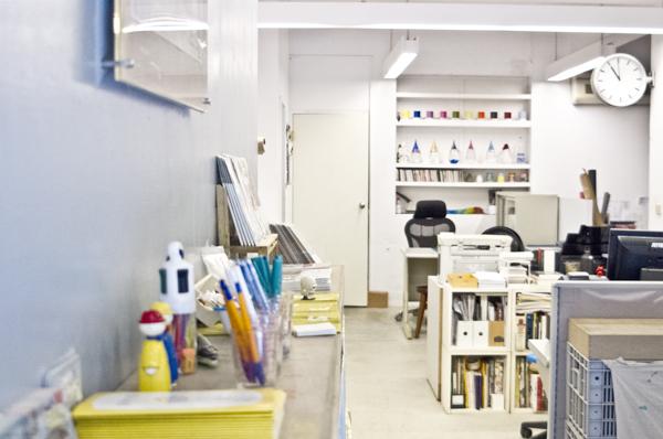 店舗左奥の出版社事務所スペース。レジも兼ねる。