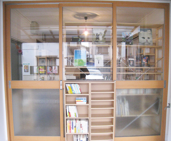 外観はこんな感じです。表には古書の均一棚を置く予定です。向かって左側のドアからお入りください。