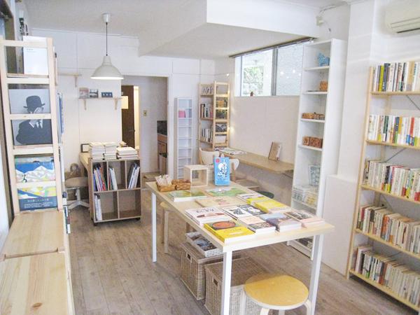 店内はここまで進みました。最初の写真と比べると進み具合がよくわかります。中央のテーブルが新刊書、壁面の棚が古書です。