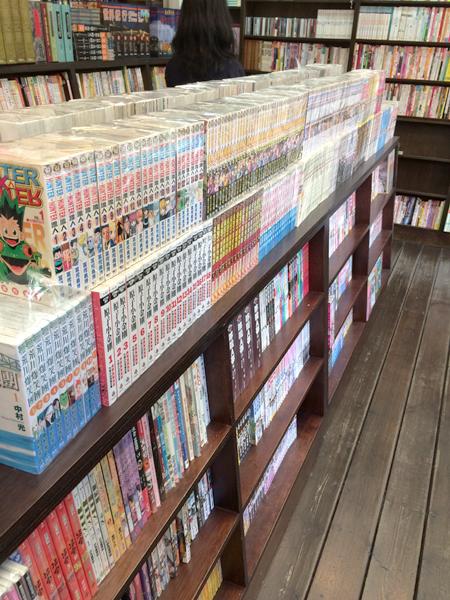 コミックコーナー。中国語訳の日本のコミックがセット売りされている。