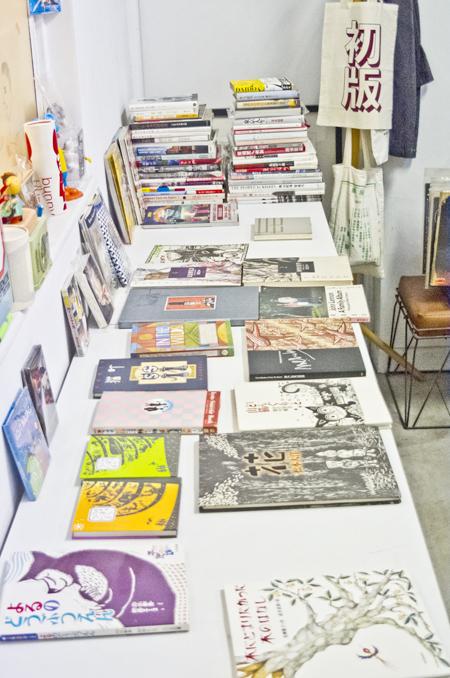 オーナー室では日本の古本を販売。奥の初版バッグが気になる。