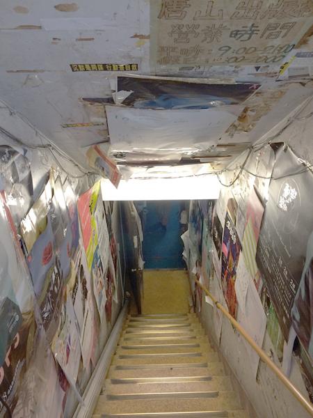 お店があるのは地下。ディープな雰囲気である。
