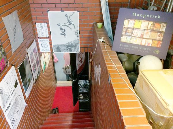 ドアを帰ると地下への階段。怪しい。